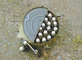 Патронная коробка с уложенной лентой. Патронная лента состоит из трёх кусков, по десять звеньев в каждом. Куски соединяются друг с другом гранатой