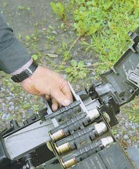 Перед заряжанием гранатомёта первое пустое звено ленты укладывается в лоток открытого приёмника. Именно из-за этой особенности в летну помещается 29 выстрелов, а не 30, по количеству звеньев