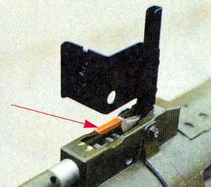 Стрелкой указан рычаг шептала спускового механизма