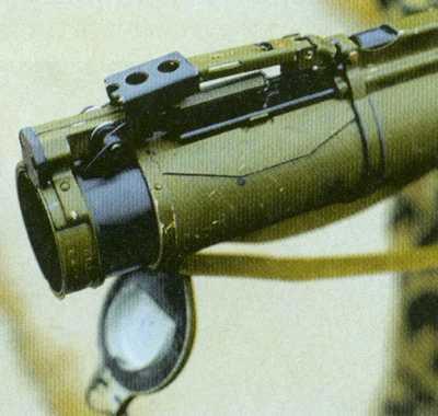 Для перевода «Мухи» в боевое положение необходимо открыть заднюю крышку и раздвинуть трубы до упора