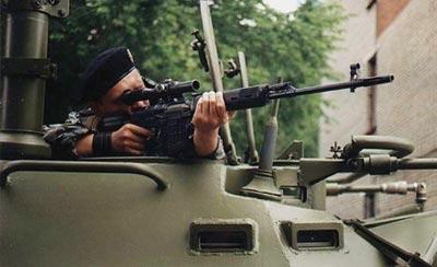 Снайпер со снайперской винтовкой СВД