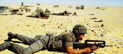 Французская штурмовая винтовка FAMAS F1 надежно работает в условиях африканской пустыни Сахара