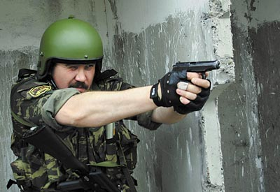 Удержание пистолета Макарова ПМ при стрельбе двумя руками, что гарантирует точность стрельбы