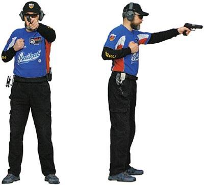 Стрелок удерживает пистолет слабой рукой во фронтальной стойке