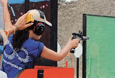 Согнутая в локте рука работает как амортизатор отдачи, помогая спортсменке контролировать оружие в скоростной стрельбе на близкой дистанции. Чемпионат мира, Эквадор, 2005 г.