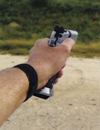 При поражении мишени слабой рукой, удобнее немного наклонить пистолет в сильную сторону