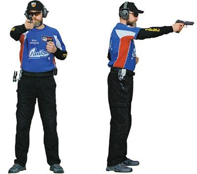 Стрелок удерживает пистолет сильной рукой во фронтальной стойке