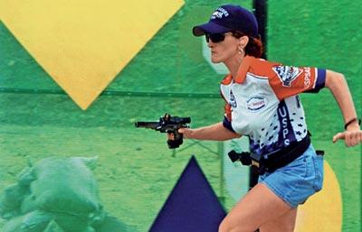 Спортсменка стремительно перемещается между двумя стрелковыми позициями. Чемпионат мира, Эквадор, 2005 г.