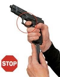 Запрещено во время перезарядки держать палец на спусковом крючке