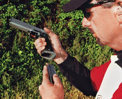 Слабая рука с магазином двигается строго по прямой – от подсумка к пистолету