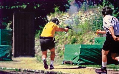 Спортсмен вынужден перемещаться боком, поражая мишени, расположенные справа по ходу движения. Чемпионат мира, Эквадор, 2005 г.