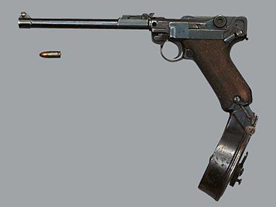 9-мм пистолет «Парабеллум» Р.17 (артиллерийская модель) с 32-зарядным магазином Леера. Практическая скорострельность - 64 выстр/мин