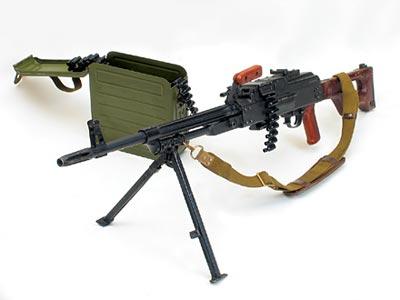 7,62-мм ручной пулемет ПК с пулеметной коробкой емкостью 200 патронов. Темп стрельбы - 650 выстр/мин; практическая скорострельность - 250 выстр/мин
