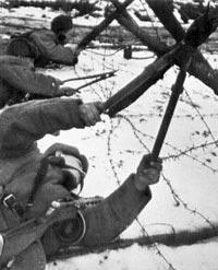 Саперы проделывают проходы в проволочном заграждении противника. 1943 год