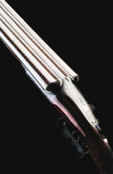 Трёхстволка Д. Диксона с дамасковыми стволами, тремя спусковыми крючками, фасонной предохранительной скобой и боковым рычагом запирания. Одно из самых первых ружей такого типа. Изготовлено в 1882г. Продано на аукционе «Кристи» в 1995 г. за 40 тысяч долларов