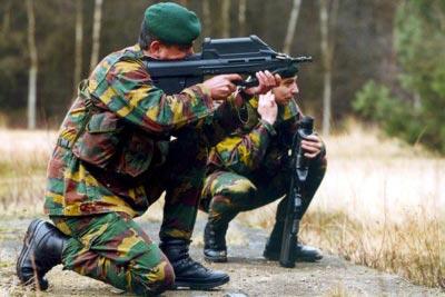 стрельба из 5.56-мм штурмовой винтовки FN F2000. На фото видны стреляные гильзы, выпадающие из отверстия, расположенного рядом с дульным срезом оружия