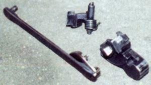 Части ударно-спускового механизма пистолета Макарова: 1 - спусковая тяга, 2 -шептало, 3 - курок