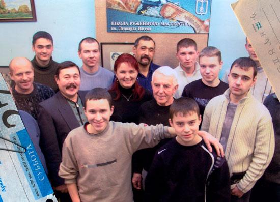 Мастер Л.П.Беляев в окружении юных мастеров ижевской Школы ружейного мастерства