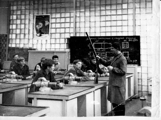 Л.П.Беляев ведёт урок в Школе ружейного мастерства. 1970-е гг. Обратите внимание на возраст слушателей – охотничье оружие на заводе собирали весьма юные мастера. Впрочем, во время войны на заводе работали и подростки, так что привлечение к работе подрастающего поколения - это просто хорошая традиция воспитания настоящих Мастеров