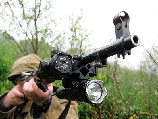 для охоты лишним не будет не только хороший фонарь, но и лазерный целеуказатель – он порой не помешает при стрельбе на близких дистанциях и вообще - помогает «нащупать» цель при быстрой стрельбе. Я пробовал крепить оба прибора как на «приблуду» американского производства для «тюнинга» АК, так и на обычные 8-образные захваты. Посление оказались предпочтительнее – легче и компактнее