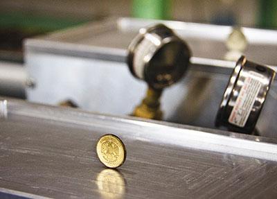 Вибрации при обработке резанием недопустимы, индикатор их отсутствия — надежно стоящая на ребре монета.