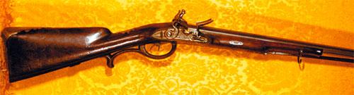 Ружье Петра Пермякова. Наиболее распространенным огнестрельным оружием в ХVIII—первой половине ХIХ века было дульнозарядное оружие с кремневым замком.