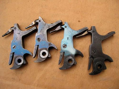 курки различных годов выпуска к револьверу Нагана, имеющие различные оттенки отпуска разные цвета побежалости на подавателе магазина, полученные в результате неравномерного нагрева