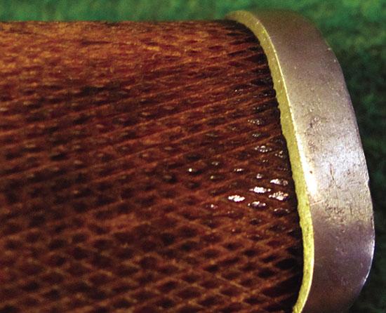 Очень часто «реставраторы» безжалостно удаляют старую насечку и нарезают новую. Это хорошо видно не только по характеру самой насечки, но и по нависанию металла над деревом.