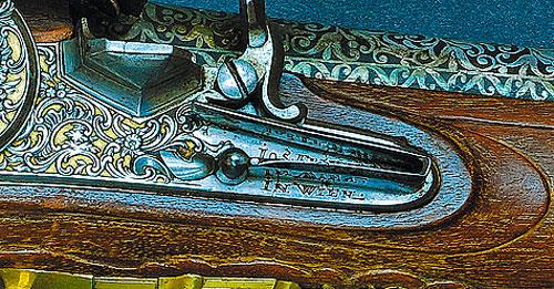 Центральная часть ружья с автографом мастера на замочной доске.