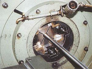 Развивая давление в 130 тонн, машина «выковывает» нарезы в канале ствола