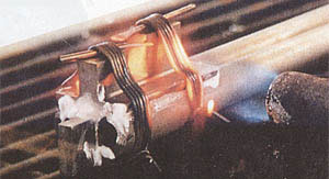 С помощью горелки серебряный припой расплавляют и прочно скрепляют стволы в казённой части