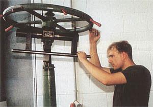 После проковки ствол проверяется мастером на наличие искривлений