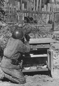 Советский автоматчик на огневой позиции. 1942 год