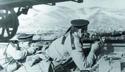 Бронебойщики ведут прицельную стрельбу по танкам противника. 1943 г.