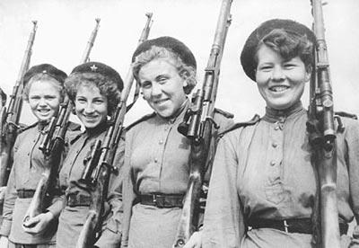 Девушки-снайперы, выпускницы Центральной женской снайперской школы. Лето 1943 года