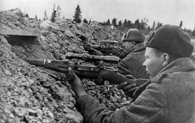 Снайперская пара на огневой позиции. 1944 год