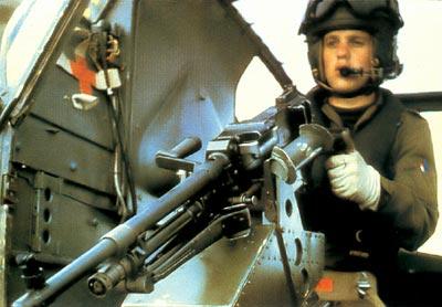 Английский вертолетчик с 7,62-мм авиационным пулеметом FN MAG