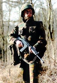 Бельгийский солдат с 7,62-мм штурмовой винтовкой FN FAL