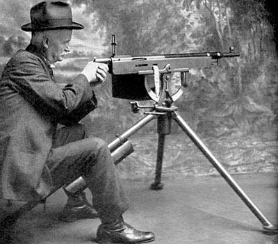Дж. М. Браунинг за своим станковым пулеметом «Кольт» М 1895. Хорошо видна конструкция одной из первых мягких тканевых патронных лент
