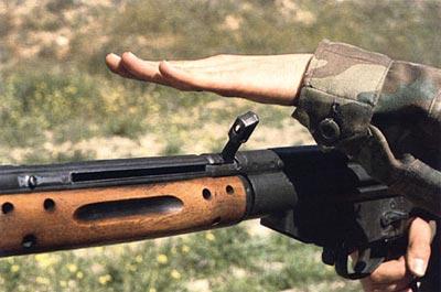 В штурмовой винтовке G.3 рукоятка перезаряжания может заводиться в предохранительный паз, дополняя основной флажковый предохранитель-переводчик