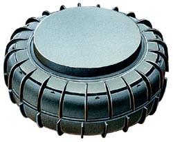 Противогусеничная мина SB-81, Италия. Корпус пластмассовый, масса мины - 3,2 кг, заряда ВВ - 2,0 кг. Установка вручную, минным заградителем или вертолетной системой минирования