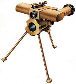 Противобортовая мина с одноразовым РПГ в качестве «боевой части» и австрийским электронным взрывателем «Дрэгон», включающим акустический и инфракрасный датчики. Дальность поражения цели - от 3 до 80 м, скорость движения цели - до 60 км/ч