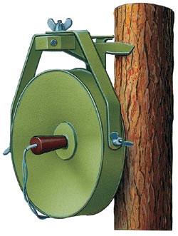 Противопехотная осколочная мина направленного поражения МОН-200, СССР. Корпус - металлический, масса - 25 кг, заряда ВВ - 12 кг. Установка - вручную. Показан вариант установки на дерево