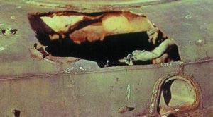 Пробоина в корпусе легкобронированной БМП-1 после взрыва объемно-детонирующего выстрела