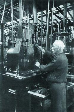 Производство стволов для 7,65-мм пистолета FN-Браунинг M 1900 на оружейном заводе фирмы FN. Бельгия. Начало 1900-х годов