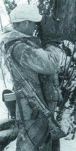 Германский пулеметный расчет. Второй номер расчета - наблюдатель вооружен штурмовой винтовкой StG.44. Германия. Зима 1945 года