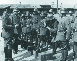 Германский генерал Р. фон Эпп инспектирует подразделение кайзеровской армии, вооруженное пистолетами-пулеметами «Бергман» МР.18.I