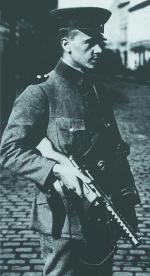 Германский полицейский, вооруженный пистолетом-пулеметом «Бергман» МР.18.I