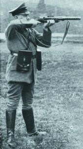 Испытания пистолета-пулемета «Шмайссер» МР.28.II на полигоне в Куммерсдорфе. Стрельба из положения стоя. 1929 год