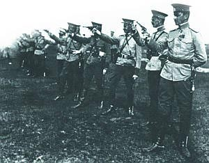 Офицеры Владимирского уланского кавалерийского полка на стрельбах. Варшава. 1911 г.